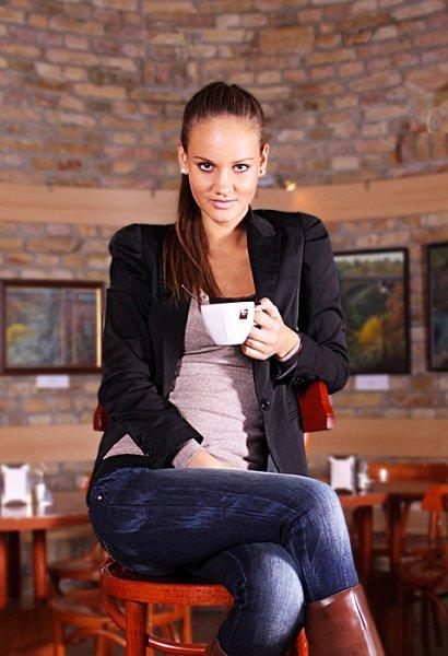 Orsi modellfotózása egy kávéházban